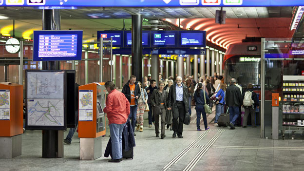 Pendler und Pendlerinnen im unterirdischen Bahnhof von Regionalverkehr Bern Solothurn.