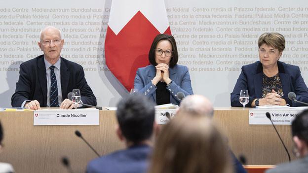 Claude Nicollier, Experte; Paelvi Pulli, Chefin Sicherheitspolitik VBS und Bundesrätin Viola Amherd (von links).