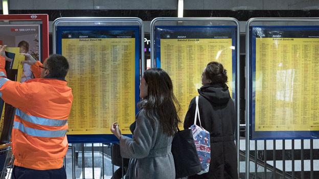 Abfahrtsplan im Bahnhof Zürich. Die SBB gibt Fahrplanänderung für 2020 bekannt.