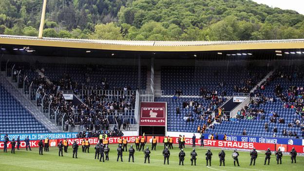 Die Polizei sichert das Stadion vor den GC Fans im Fussball Meisterschaftsspiel der Super League zwischen dem FC Luzern und dem Grasshopper Club Zürich.