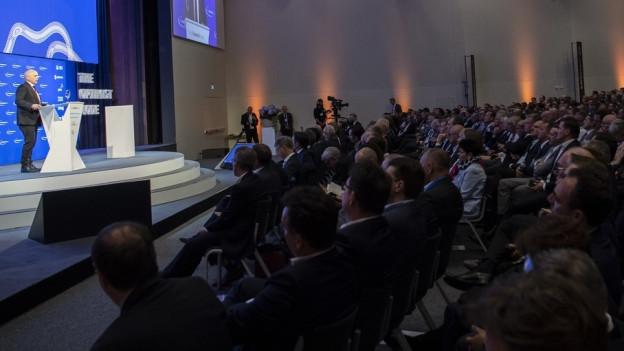 Das Bild zeigt Teilnehmerinnen und Teilnehmer des Swiss Economic Forum in Interlaken.