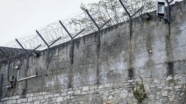 Gefängnismauer. Symbolbild.