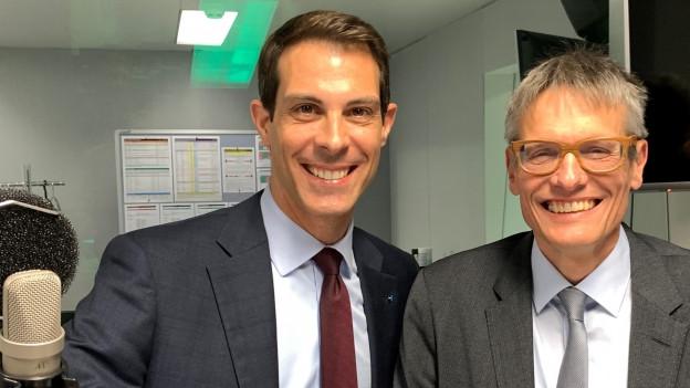 Links auf dem Bild ist FDP-Nationalrat Thierry Burkart zu sehen, rechts Karl Vogler von der CVP-Fraktion im Bundeshaus.