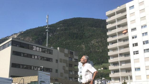Peter Kälin, Präsident der Ärztinnen und Ärzte für Umweltschutz in Visp. Im Hintergrund eine Mobilfunkantenne.