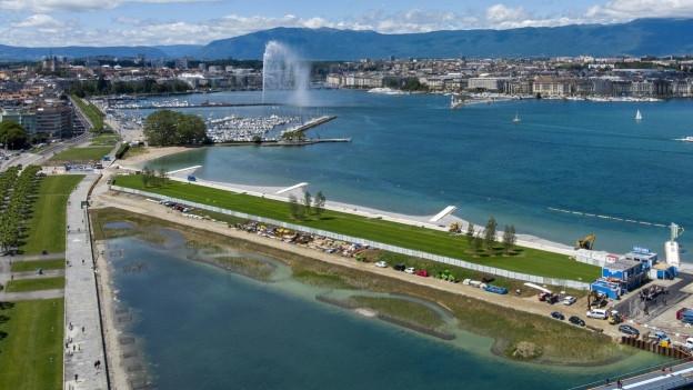 Auf dem Bild ist der neue Sandstrand in Genf zu sehen (während Bauarbeiten).