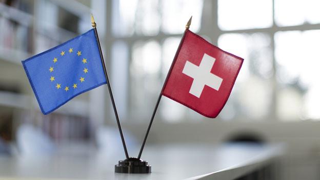 Die Fahnen der EU und der Schweiz.