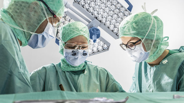 Aerzte operieren im Spital Einsiedeln.
