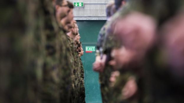 Das Bild zeigt Soldaten in der Kaserne im zürcherischen Birmensdorf beim Festakt ihrer Ausmusterung.