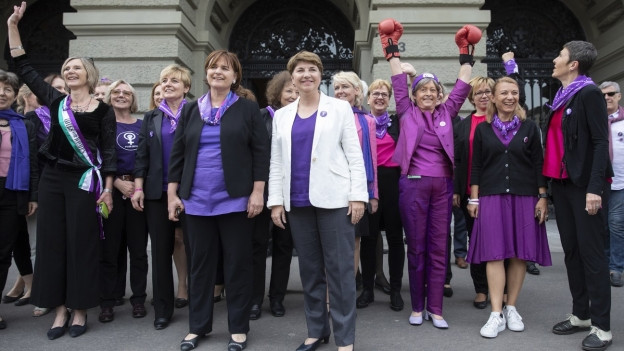 Das Bild zeigt Frauen und Bundesrätin Viola Amherd vor dem Bundeshaus am Frauenstreiktag.