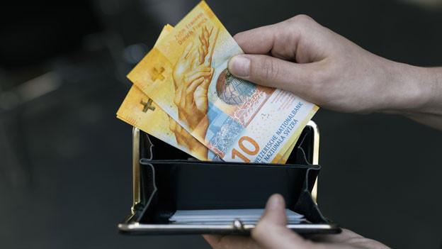 Symbolbild. Geldbörse mit 10-Franken-Noten.