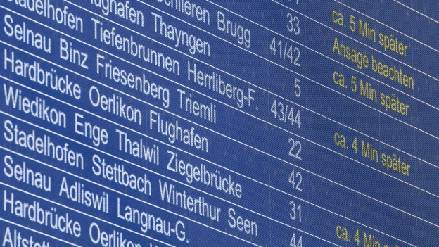 Auf dem Bild ist eine SBB-Anzeigetafel zu sehen, mit den notierten Verspätungen.