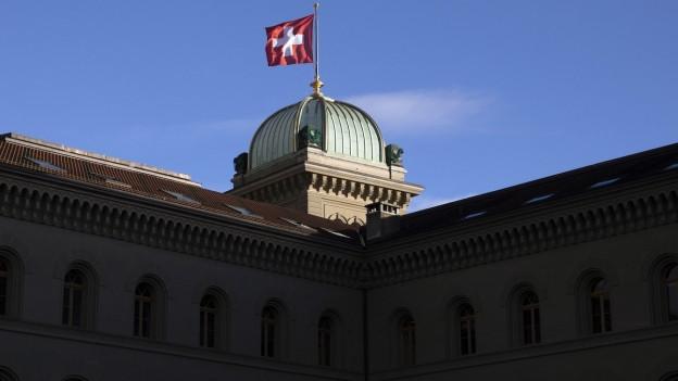 Die Kuppel des Bundeshauses mit Fahne.