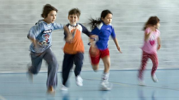Kinder im Sportunterricht.