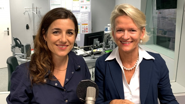 Auf dem Bild sind die beiden Nationalrätinnen Flavia Wasserfallen (SP) und Andrea Gmür (CVP) zu sehen.