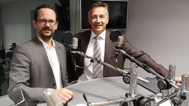 Das Bild zeigt Grünen-Nationalrat Balthasar Glättli und FDP-Ständerat Hans Wicki im SRF-Radiostudio in Bern.
