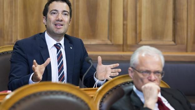 Das Bild zeigt FDP-Ständerat Andrea Caroni bei einer Debatte im Ständerat. Im Vordergrund zu sehen ist Ständerat Thomas Minder von der SVP-Fraktion.