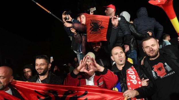 Auf dem Bild sind jubelnde Menschen zu sehen, auf den Strassen von Pristina.