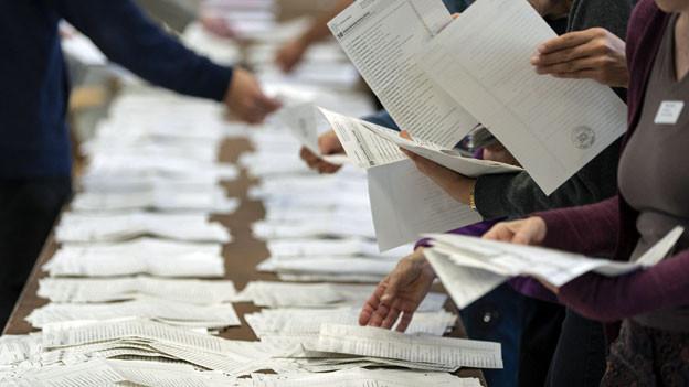 Freiwillige sortieren Wahllisten.