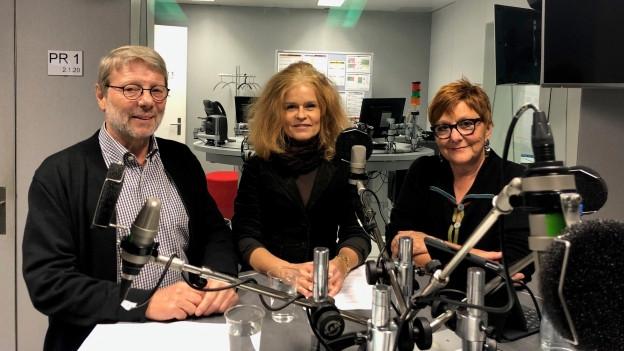Daniele Piazza, Claudia Wirz und Cécile Bühlmann diskutieren in der Freitagsrunde
