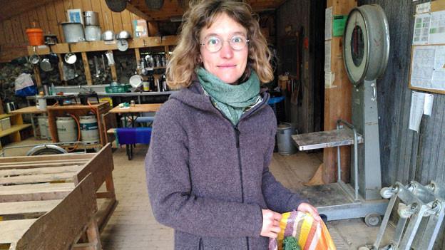 Ursina Eichenberger, Mitgründerin der Gartenkooperative ortoloco mit Gemüsesack.
