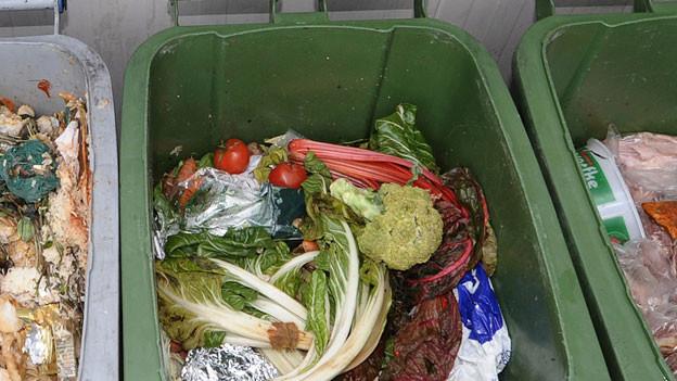 Eine Mülltonne gefüllt mit Lebensmittelabfällen.