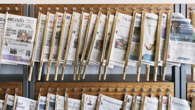 Ein Leseständer an der Universität St. Gallen HSG mit diversen Zeitungstitel..