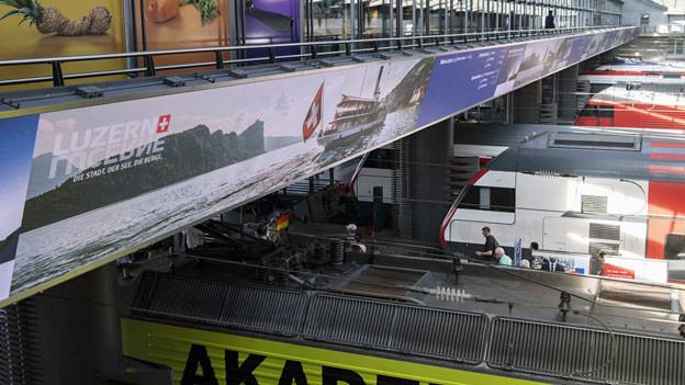 Das Logo der Bank Julius Bär. Die digitale Anzeigetafel im Bahnhof Luzern.