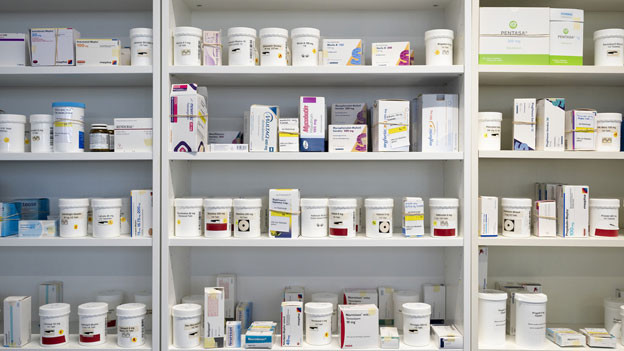 Symbolbild: Ein Schrank voll mit Medikamenten.