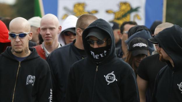 Männer mit Glatze demonstrieren.