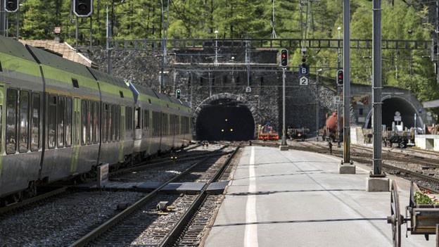 Der Eingang des Lötschbergtunnels beim Bahnhof Goppenstein.