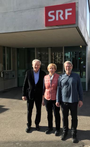Thomas Held (links), Dora Andres, Daniele Piazza vor dem SRF-Radiostudio in Bern