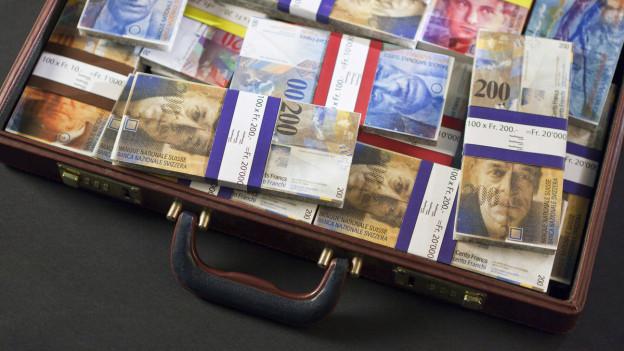 Ein Koffer voller Bargeld (Symbolbild).