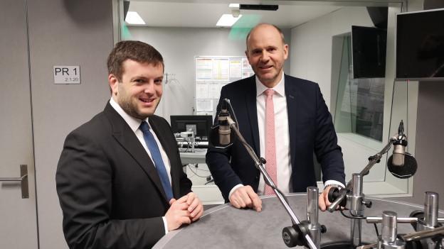 Das Bild zeigt SP-Nationalrat Jon Pult und SVP-Nationalrat Thomas Hurter im SRF-Radiostudio in Bern.