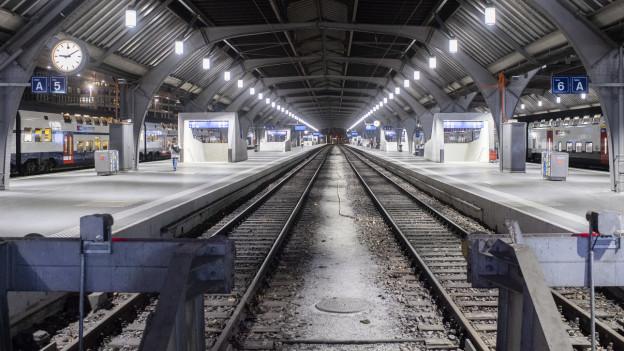 Leere Gleise im Zürcher Bahnhof.