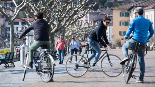 Velofahrer und Spaziergänger in Ascona