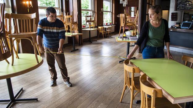 Restaurantbesitzer stellen ihr Restaurant um.