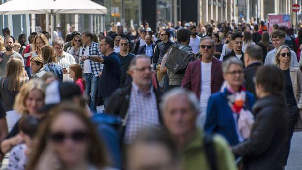 Die dicht bevölkerte Einkaufsmeile Freie Strasse in Basel am Samstag, 16. Mai 2020.