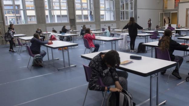Das Bild zeigt Schüler im Unterricht mit Distanzregeln.