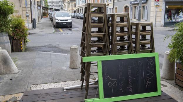 Schiefertafel und Hocker vor einem noch geschlossenen Restaurant in Genf im Mai 2020.