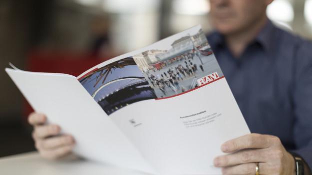 Auf dem Bild ist eine RAV-Broschüre zu sehen.