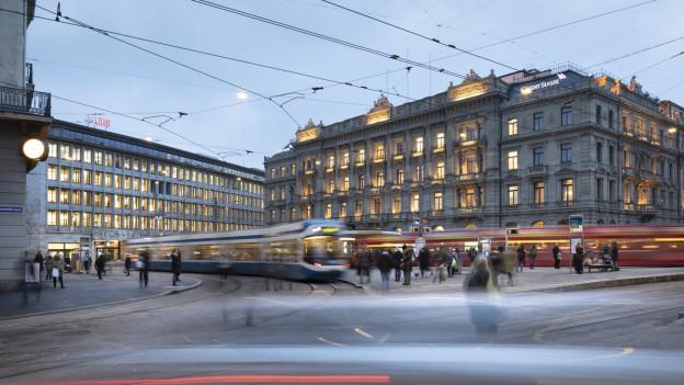 Die UBS- und die CS-Gebäude prägen das Bild des Zürcher Paradeplatzes.