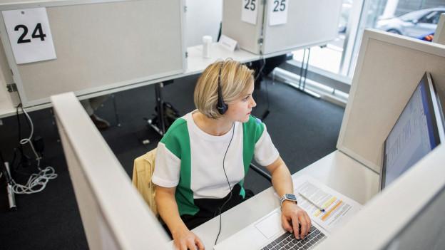 Mitarbeiterin beim Contact Tracing.
