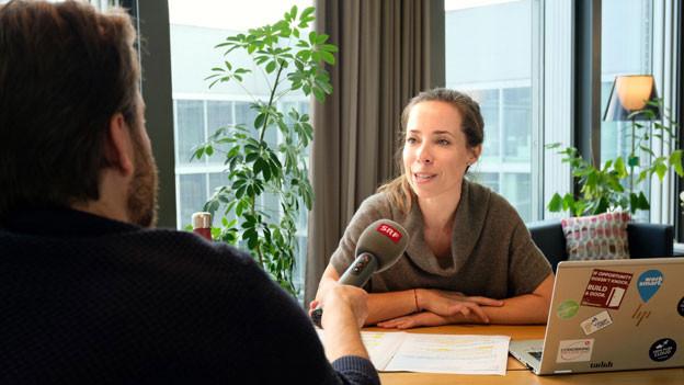 Alexandra Kühn von der Work Smart Initiative im Gespräch mit SRF-Wirtschaftsredaktor Lorenzo Bonati
