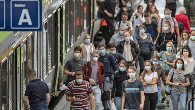 Zug-Reisende auf dem Perron.