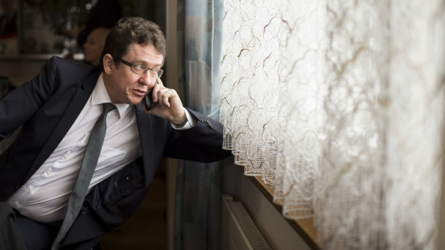 Nationalrat Albert Rösti telefoniert am Abstimmungssonntag und schaut nachdenklich aus einem Fenster.