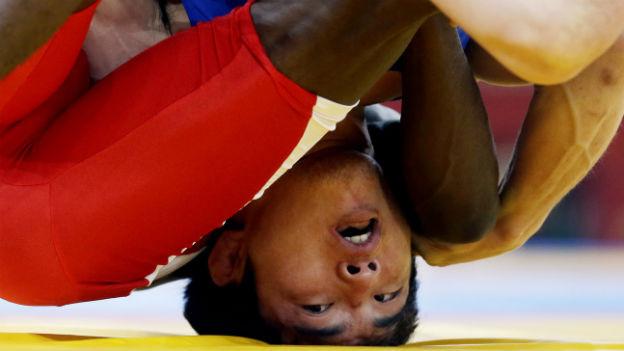Ringerwelt steht Kopf: Yang Kyong aus Nordkorea gegen Naatele Sem Shilimela aus Namibia an den olympischen Spielen in London 2012