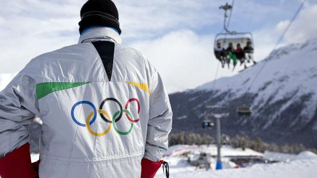 Ein Mann trägt die Olympischen Ringe auf seiner Skijacke, am 8. Dezember 2012 in St. Moritz.