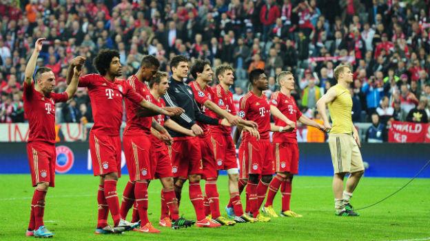 Die Spieler von Bayern München feiern ihren deutlichen Sieg gegen Barcelona.