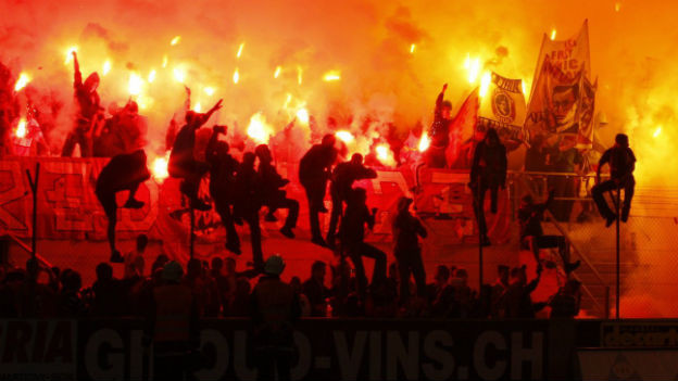 Hooligans im Stadion.