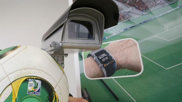 Kameras und eine Uhr am Handgelenk der Schiedsrichter sollen beim Torentscheid helfen.